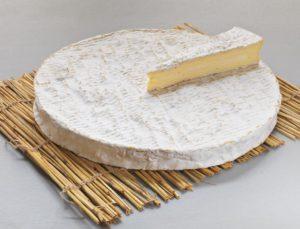круг сыра Бри де Мо