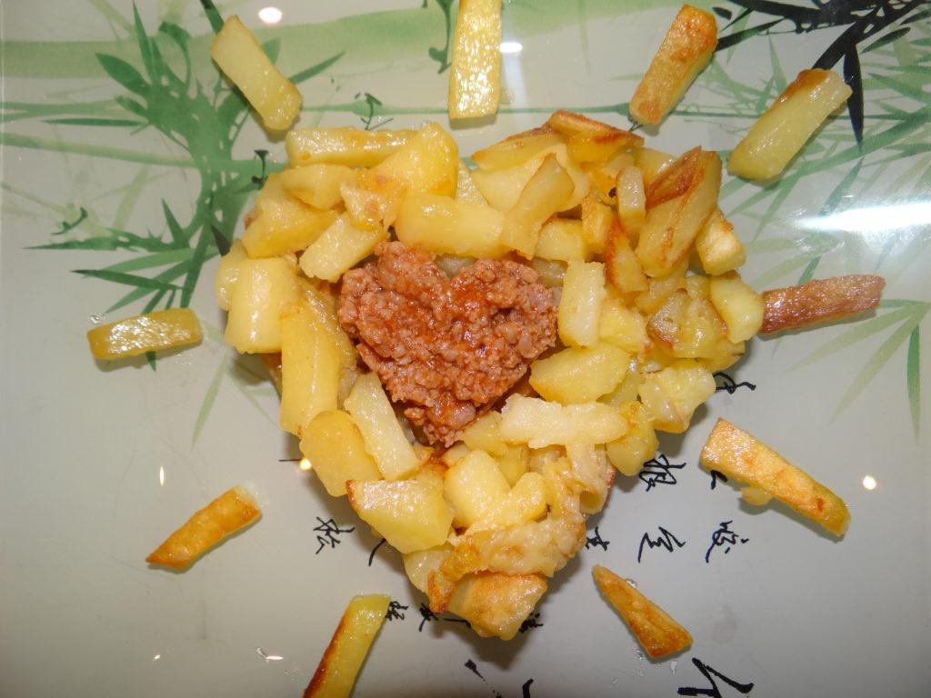 картошка в виде сердечка с мясным соусом в середине