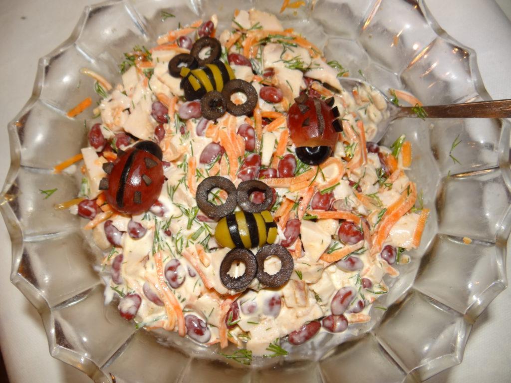 пчелки из винограда на салате