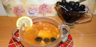 солянка в пиале с лимоном