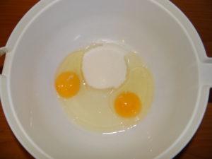 яйца с сахаром в миске
