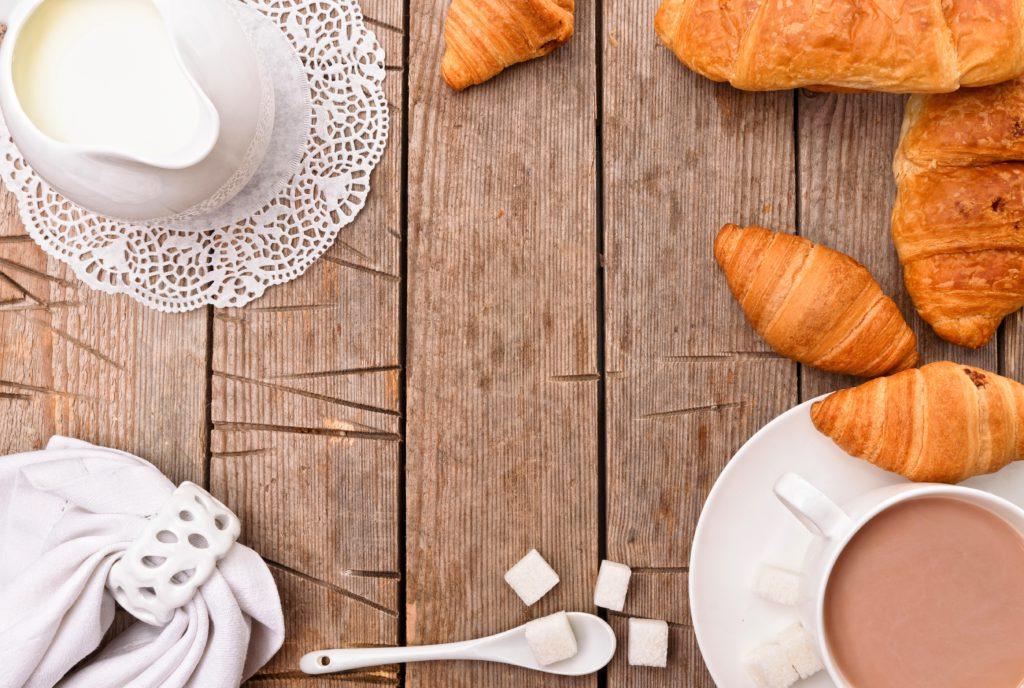кофе с молоком и булочками