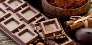 шоколадные плитки и орехи