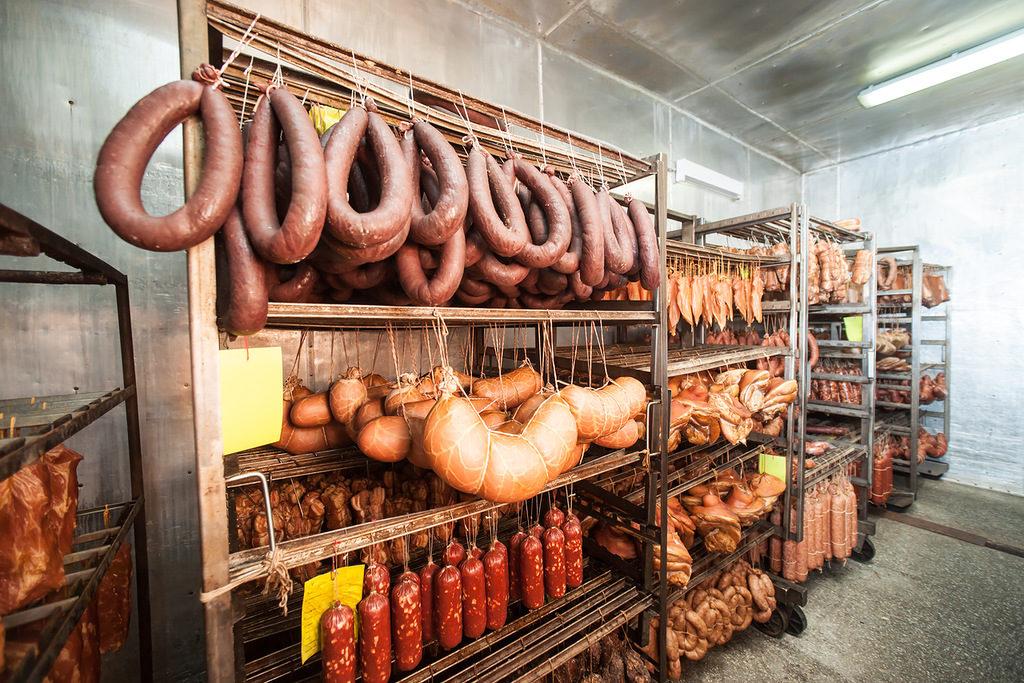 колбасы в магазине
