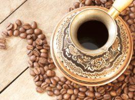 кофе в чашке и зерна рядом