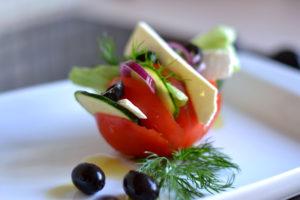 оригинальная подача салата в помидорке