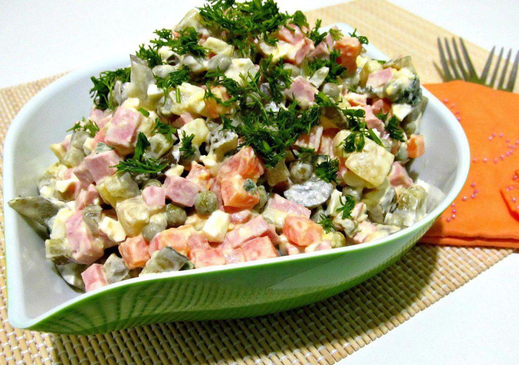 салат оливье в салатнице