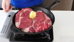 стейки на сковороде с маслом