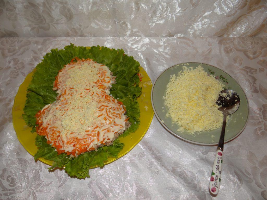 морковь смазываем майонезом