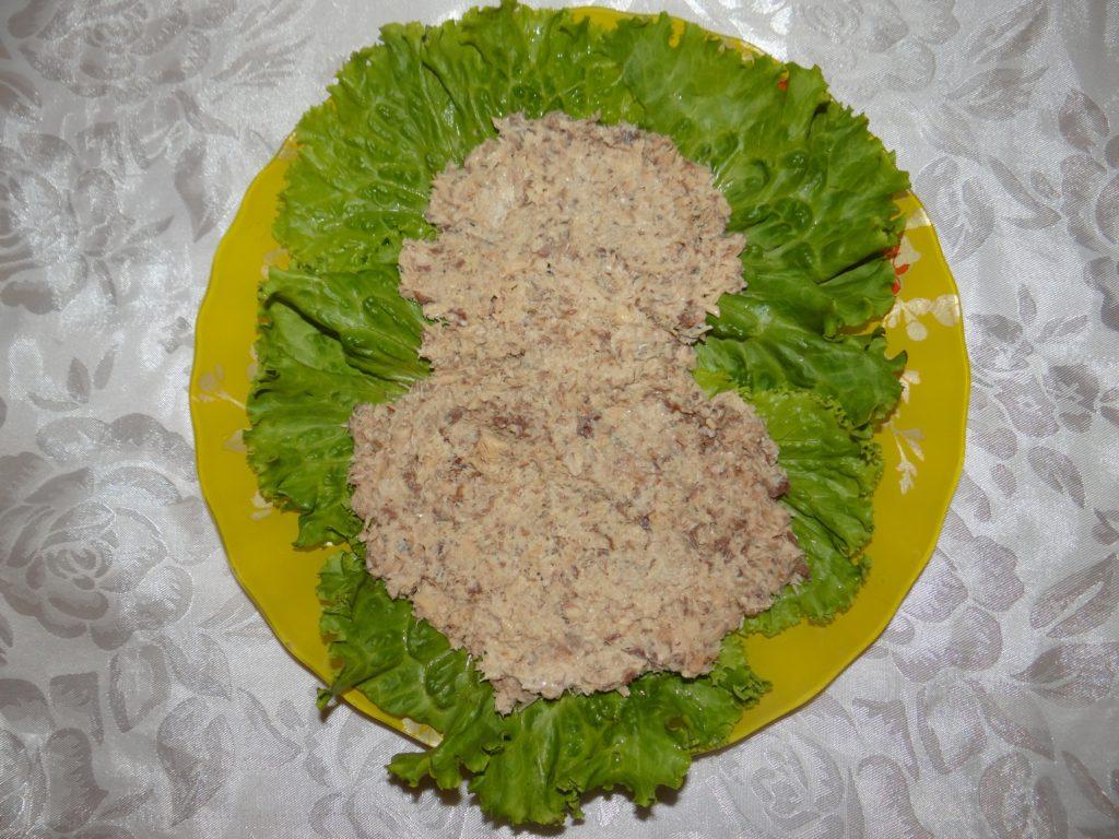 рыба выложена в салат